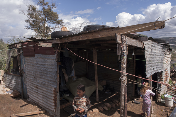 Mahmoud_family_take_shelter_in_disused_storage_shed-600.jpg